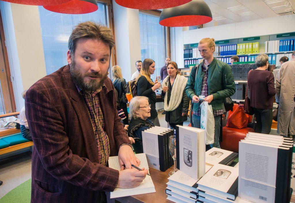 Keskipäivän mies Ville Hänninen Akateemisessa kirjakaupassa teoksensa julkistamistilaisuudessa.